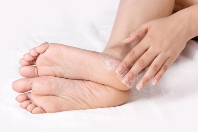 Тріщини на шкірі рук і ніг – чим це викликано та як цього позбутися?